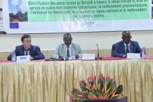 Presentazione : a partire da sinistra, Rappresentante di ICU in Burundi, Assistente del ministro dell'Energia e delle Mine, Direttore Generale dell'Agenzia Burundese dell'Elettrificazione Rurale (ABER)